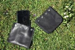 pochette-téléphone-cuir-et-tissu-sur-herbe-exterieur
